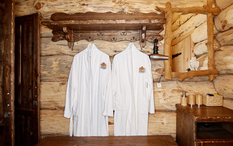 Вышивка логотипа на банных халатах. Баня «Сварожич».