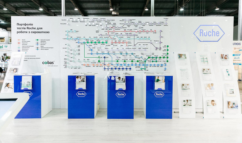 Выставочный стенд Roche Diagnostics. Cobas. Дизайн выставочного стенда. Медицинский лабораторный стенд Рош.
