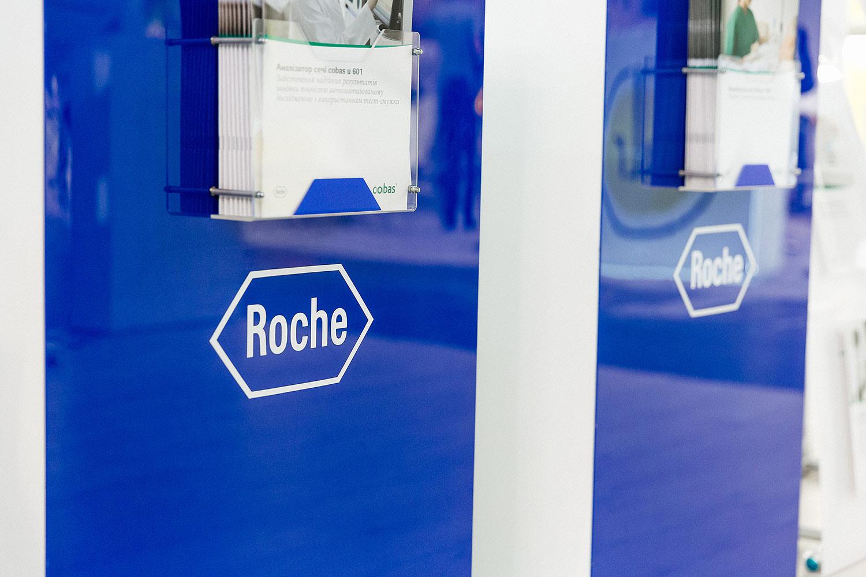 Выставочные тумбы для оборудования Roche для лабораторной диагностики. Акриловые карманы для рекламных листовок.