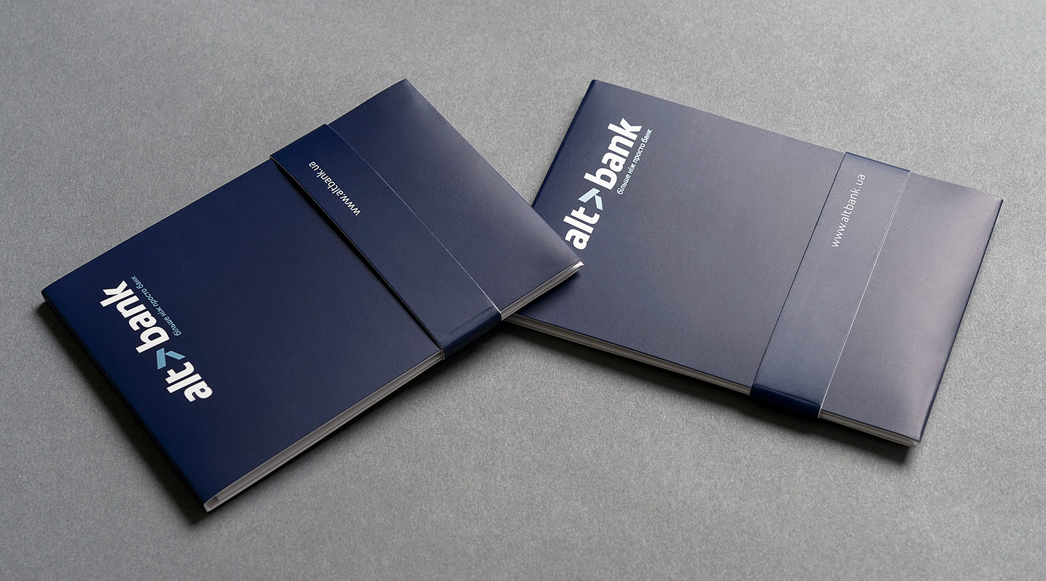 Compact packaging for Altbank credit cards. Design and production of cardholders.