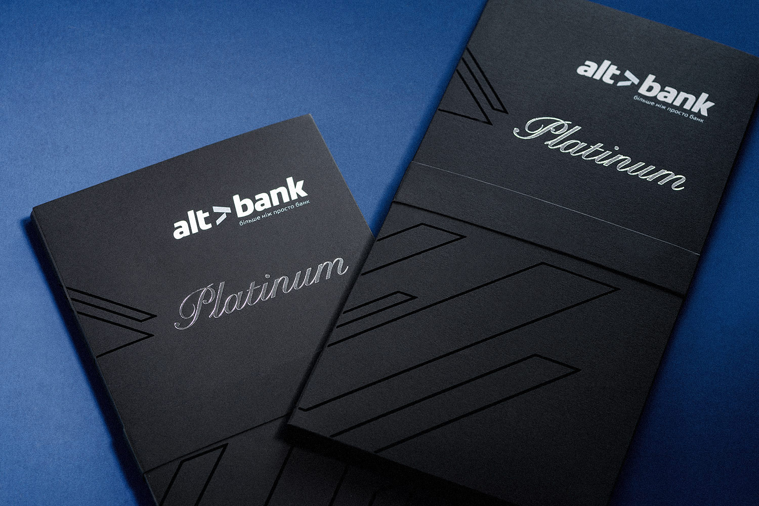 Stylish black packaging for the Altbank Platinum credit card.