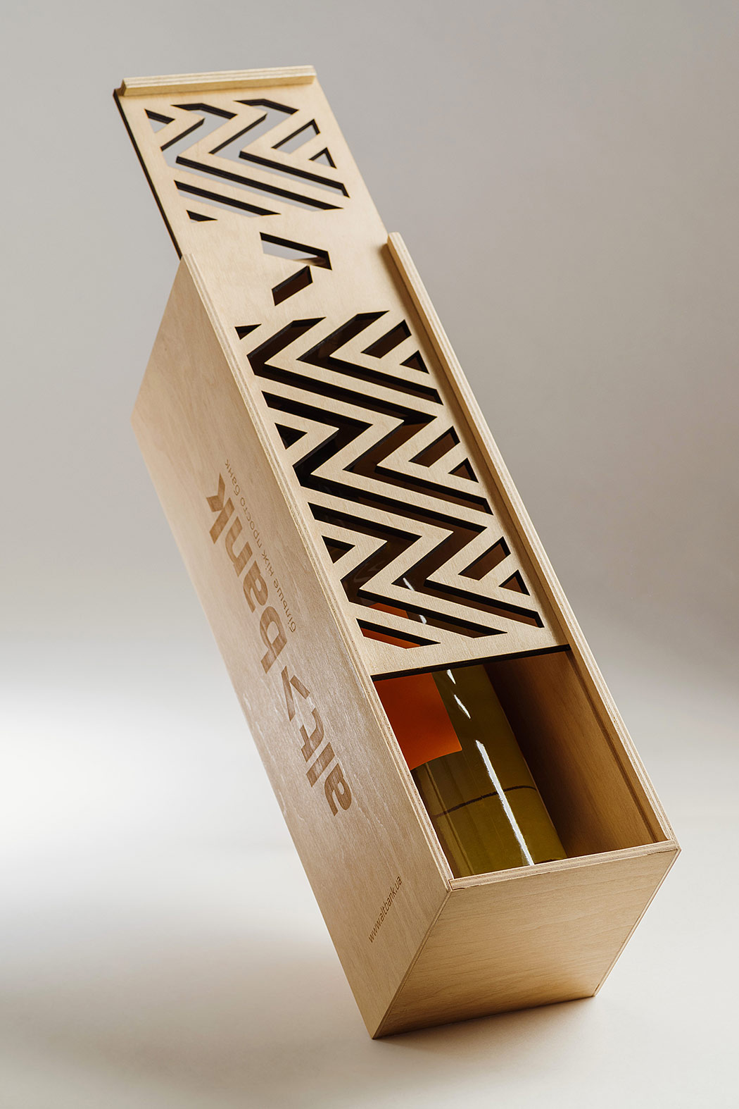 The plywood wine box with the Altbank logo. Gift packing.