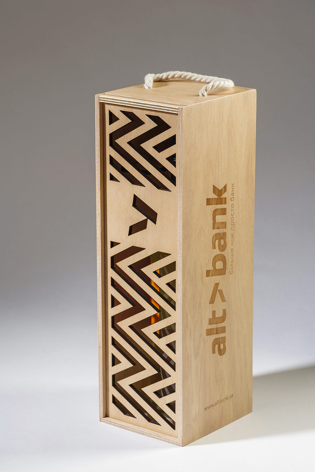 Plywood gift box for a bottle of wine. Design of an ornament for the Altbank plywood box.