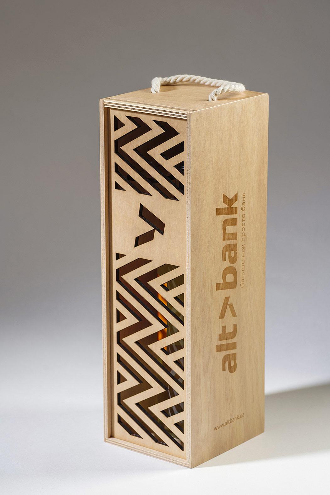 Подарункова коробка з фанери для пляшки вина. Дизайн орнаменту для фанерної коробки Altbank (Альтбанк).