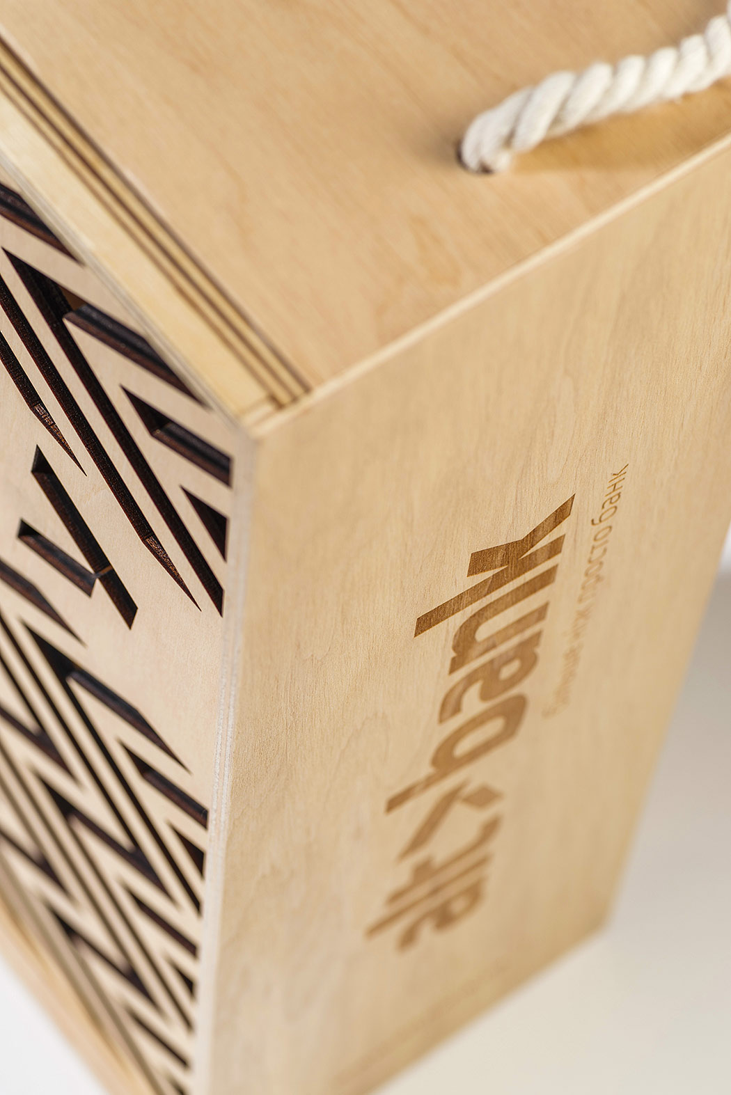 The plywood box for wine with logo Altbank.