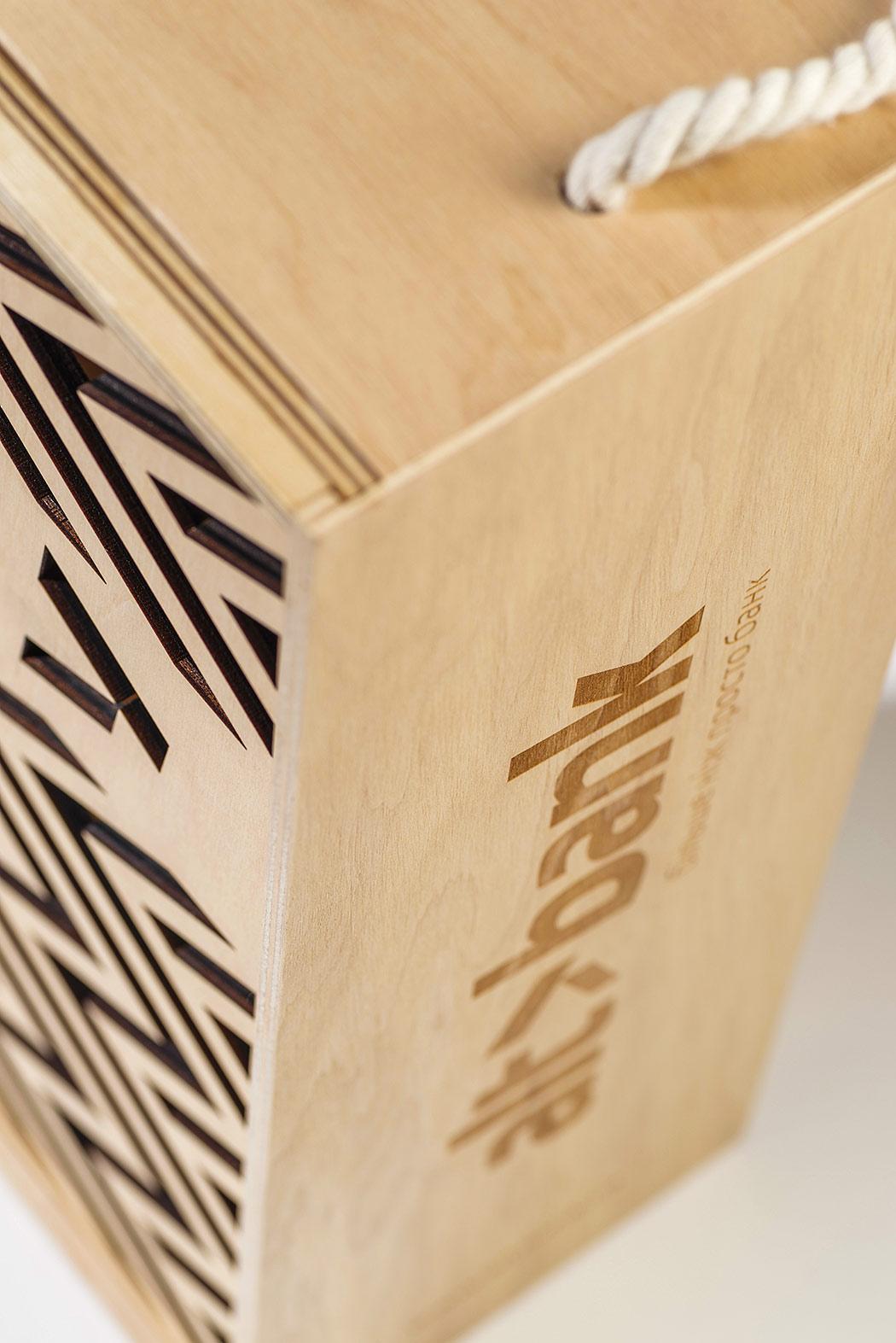 Фанерная коробка (ящик) для вина с логотипом банка Altbank (Альтбанк).