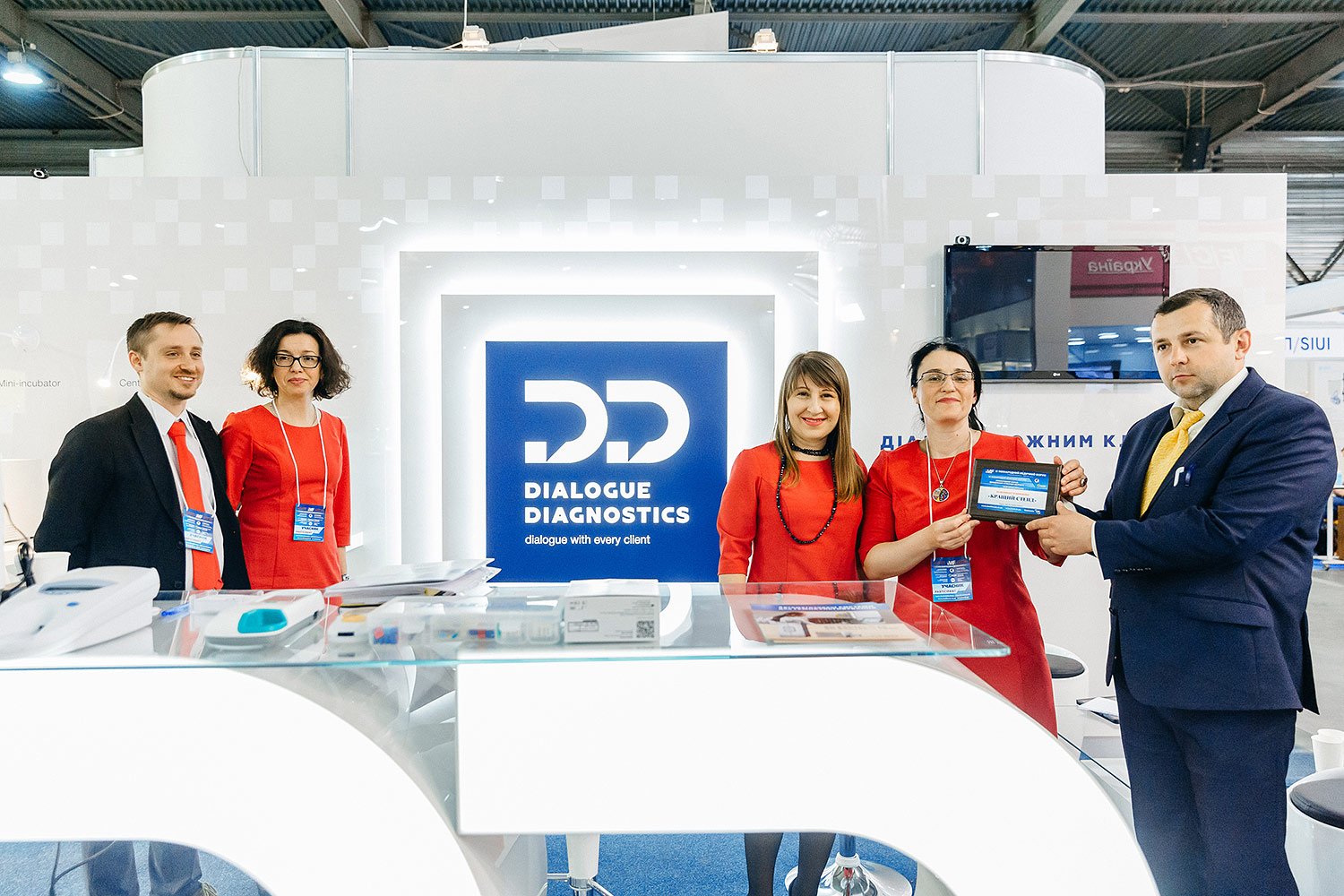 The award for Dialogue Diagnostics' best exhibition stand.