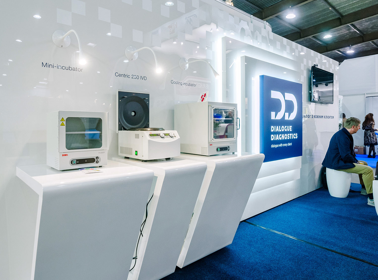 White stylish shelves for product samples. Laboratory analyzers. Dialogue Diagnostics exhibition stand.