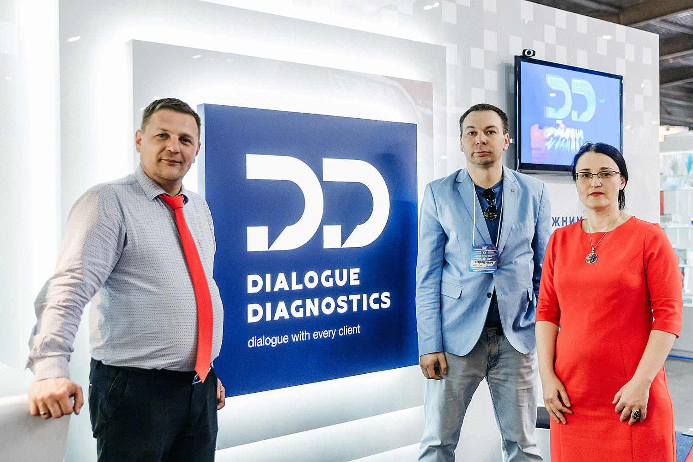 Выставочный стенд Dialogue Diagnostics (Диалог Диагностикс). Логотип на стене с подсветкой.