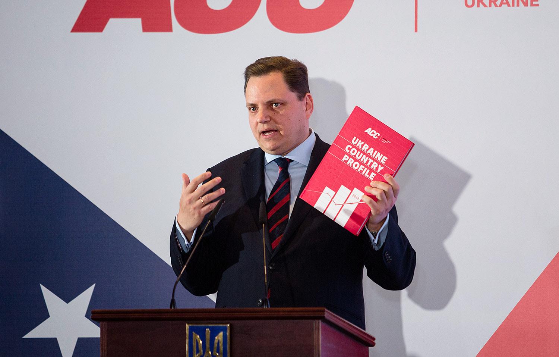 AmCham Ukraine President Andy Hunder presents the 2019 Ukraine Country Profile book.