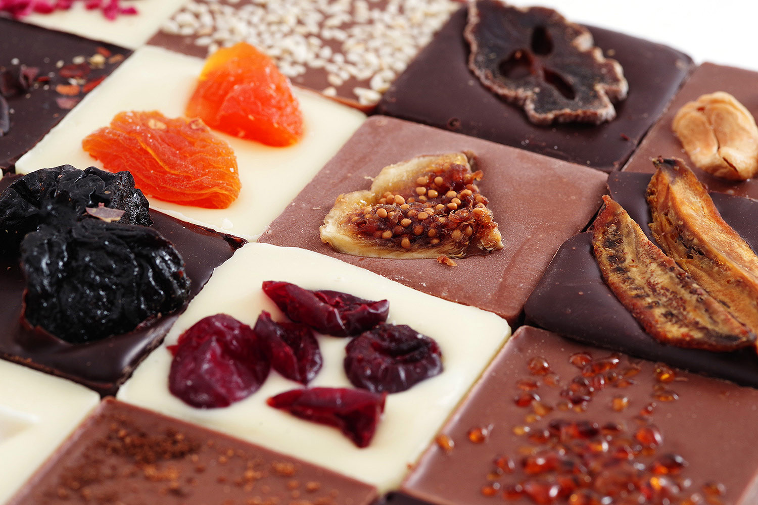 Milk chocolate with figs, white chocolate with dried apricots, cranberries, dark chocolate with prunes, banana, persimmon, salted caramel. Gift Altbank.
