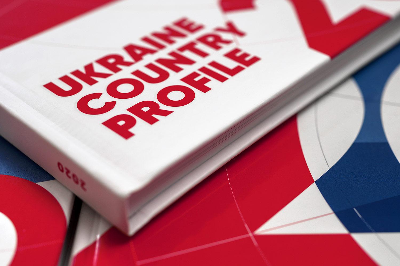 Бизнес-дизайн обложки экономического издания в красных и синих тонах. Книга «Обзор экономики Украины» (Ukraine Country Profile) 2020.